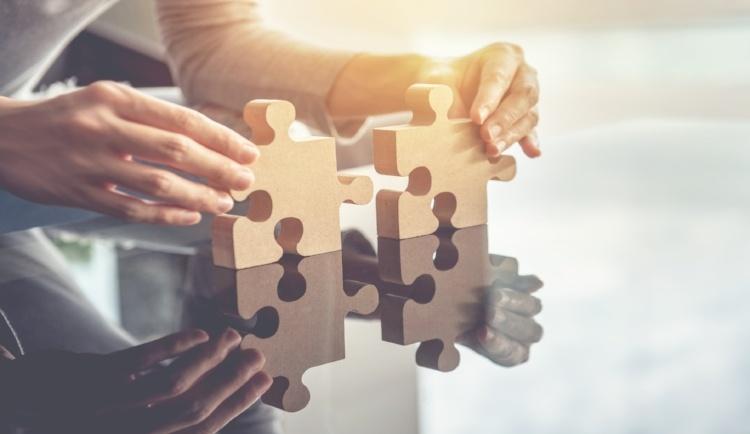 mani connettere pezzi puzzle